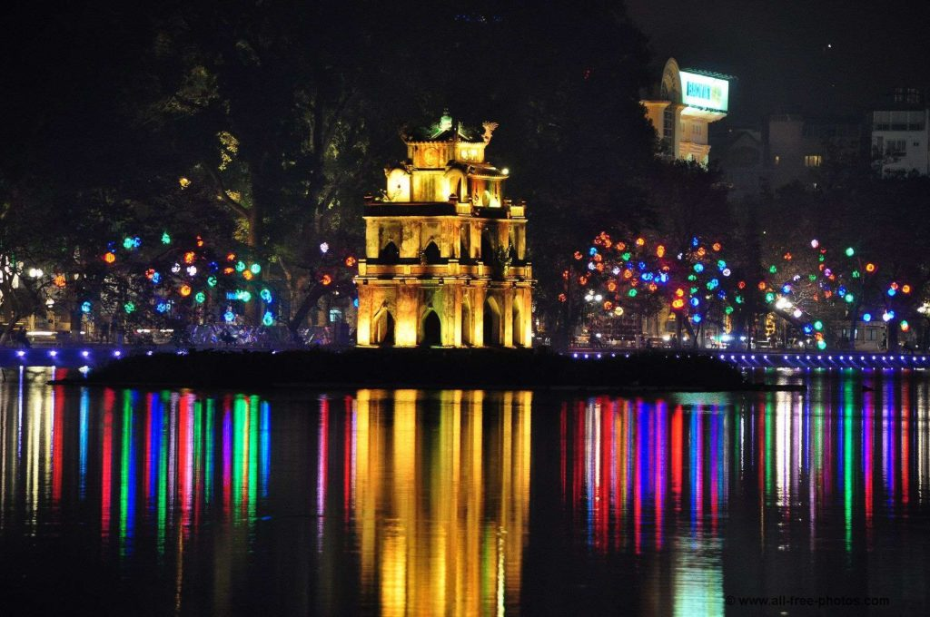 HANOI MOTORBIKE TOUR WITH NIGHT LIGHTS AND FOODS